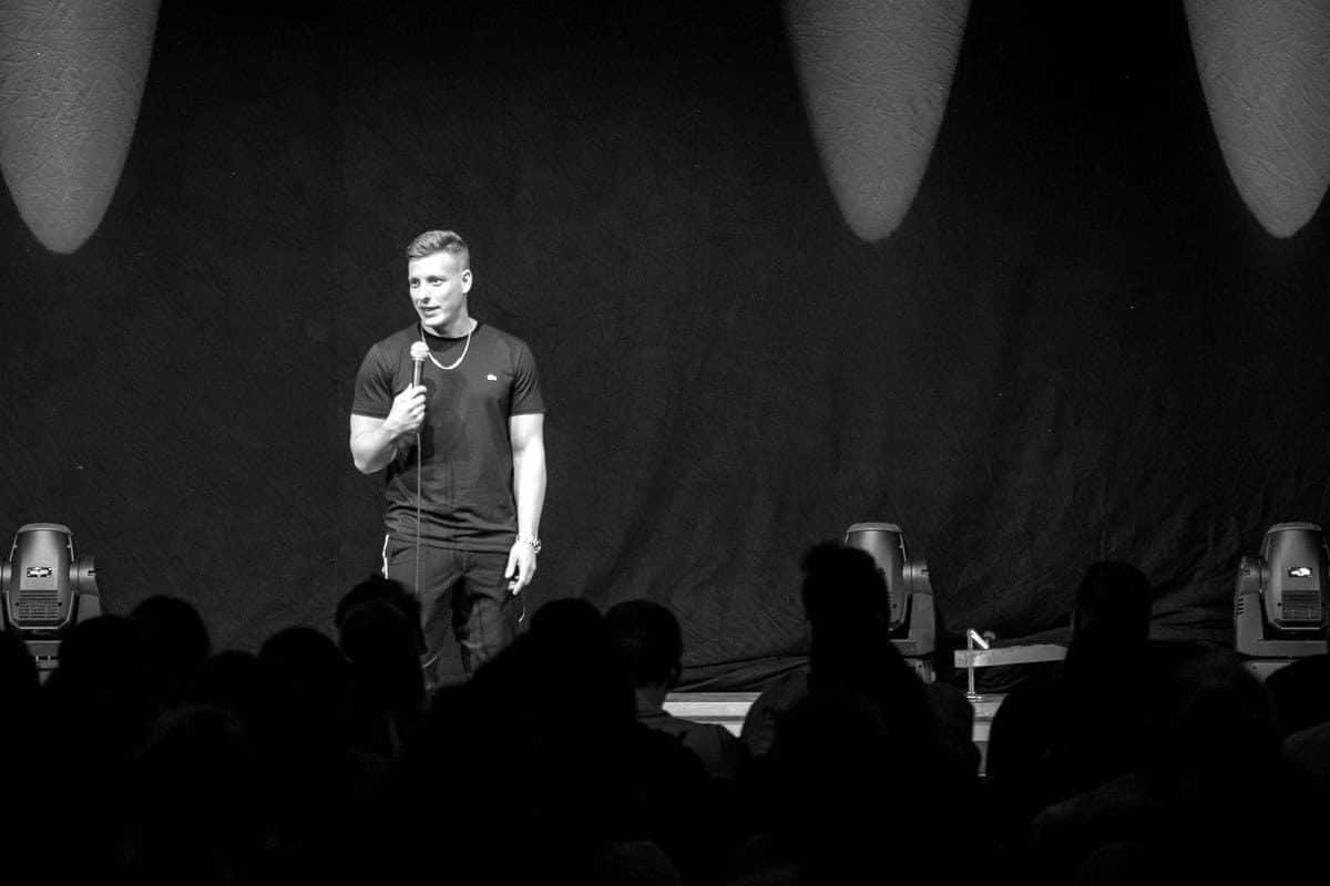 "Der Stand-up-Comedian Felix Lobrecht bei seinem Special ""Hype"" in Nürnberg"