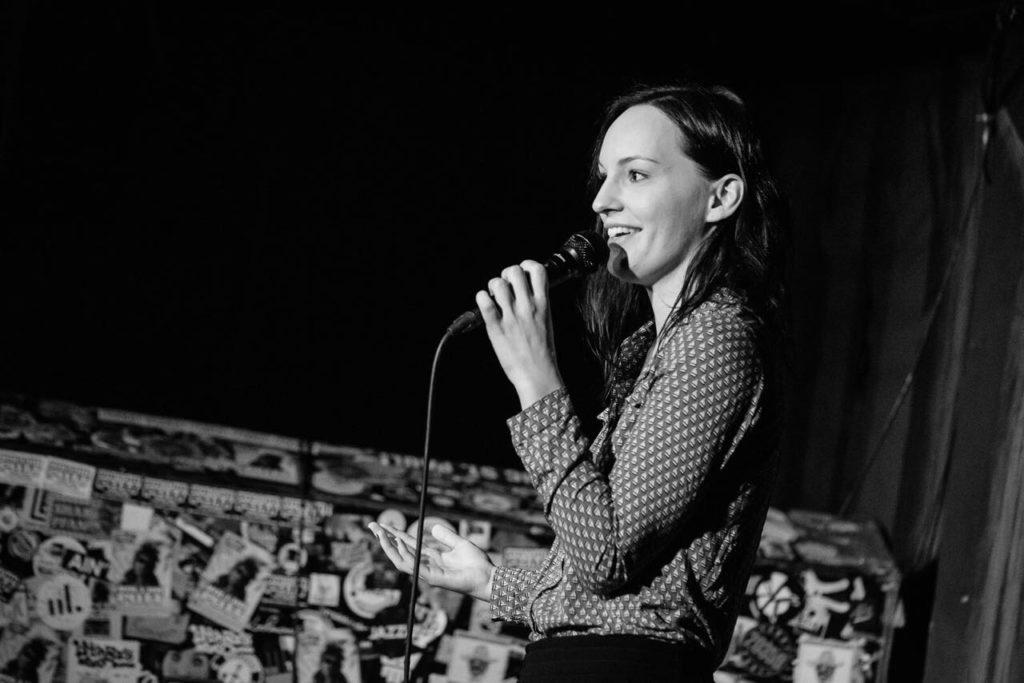 Jenny Kallenbrunnen auf einer Stand-up-Bühne
