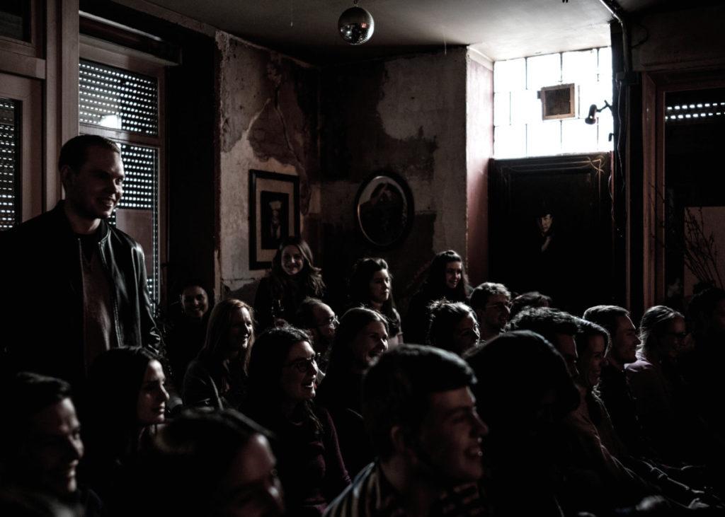 Publikum bei einer Comedy-Show im Oblomov in Berlin