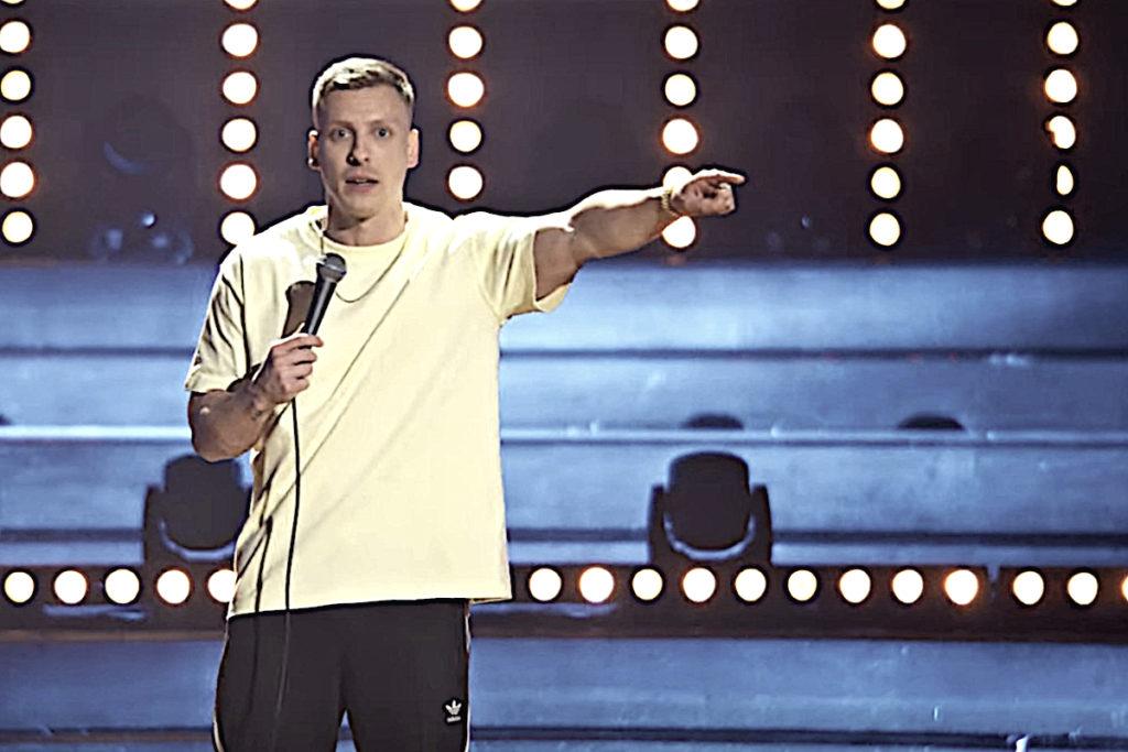 Comedian Felix Lobrecht in seinem Special Hype