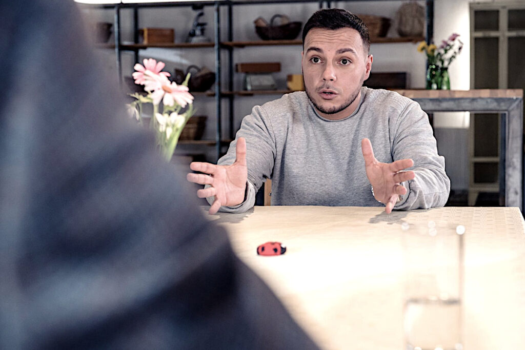Stand-up-Comedian Osan Yaran im Gespräch mit Ingolf Lück bei Lunchtime Punchline